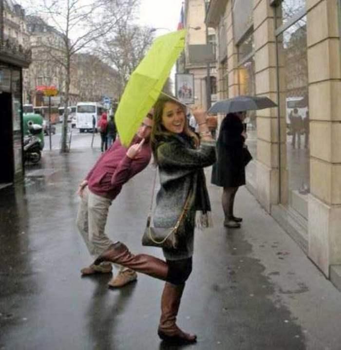 девушка с зонтом на улице