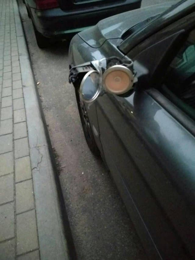 машина с пудреницей вместо левого зеркала