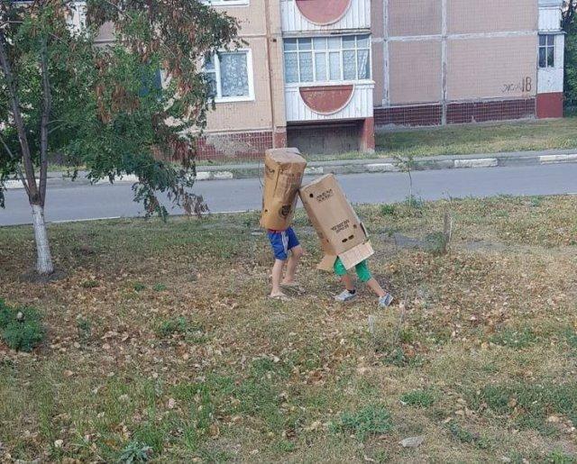 дети с коробками на головах