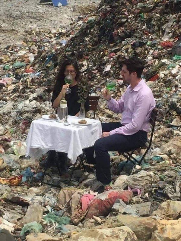 люди ужинают на помойке