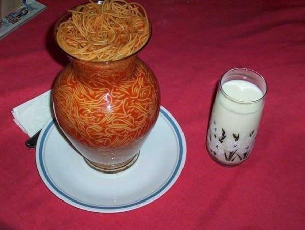 спагетти в вазе на столе