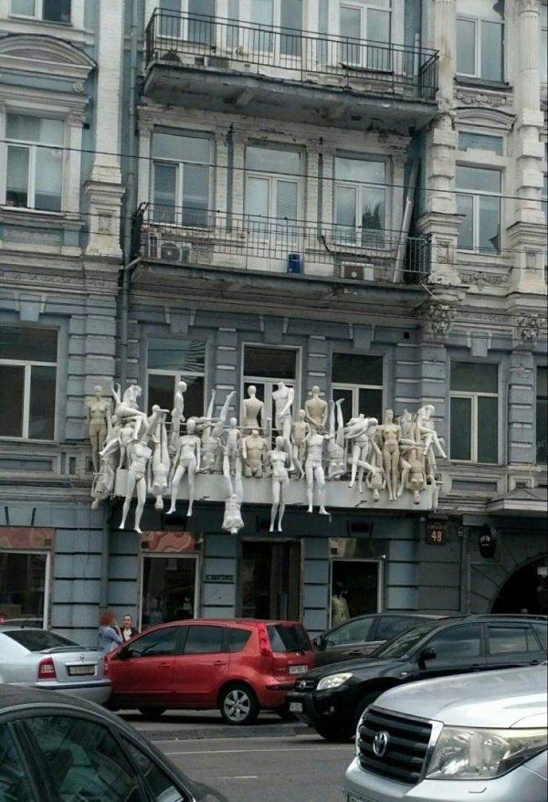 манекены на балконе
