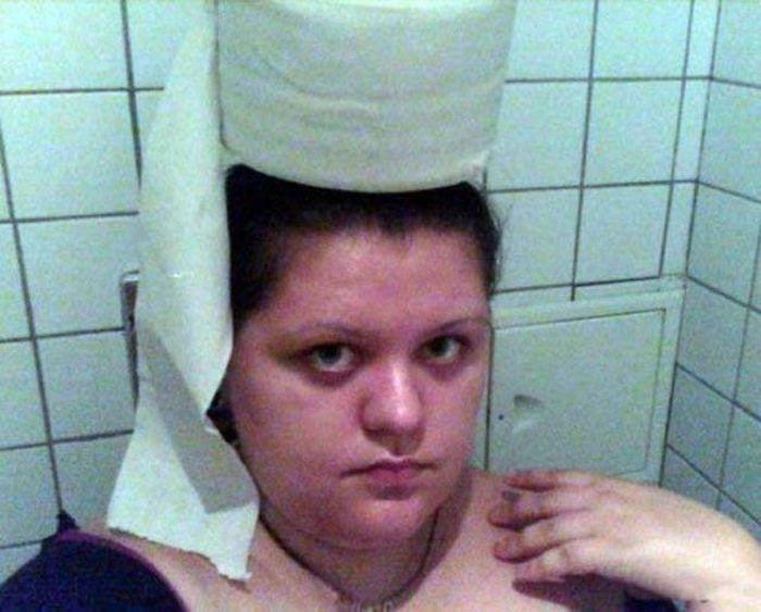 девушка с рулоном туалетной бумаги на голове