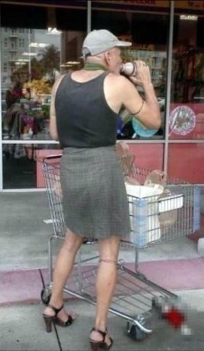 мужчина в юбке с тележкой