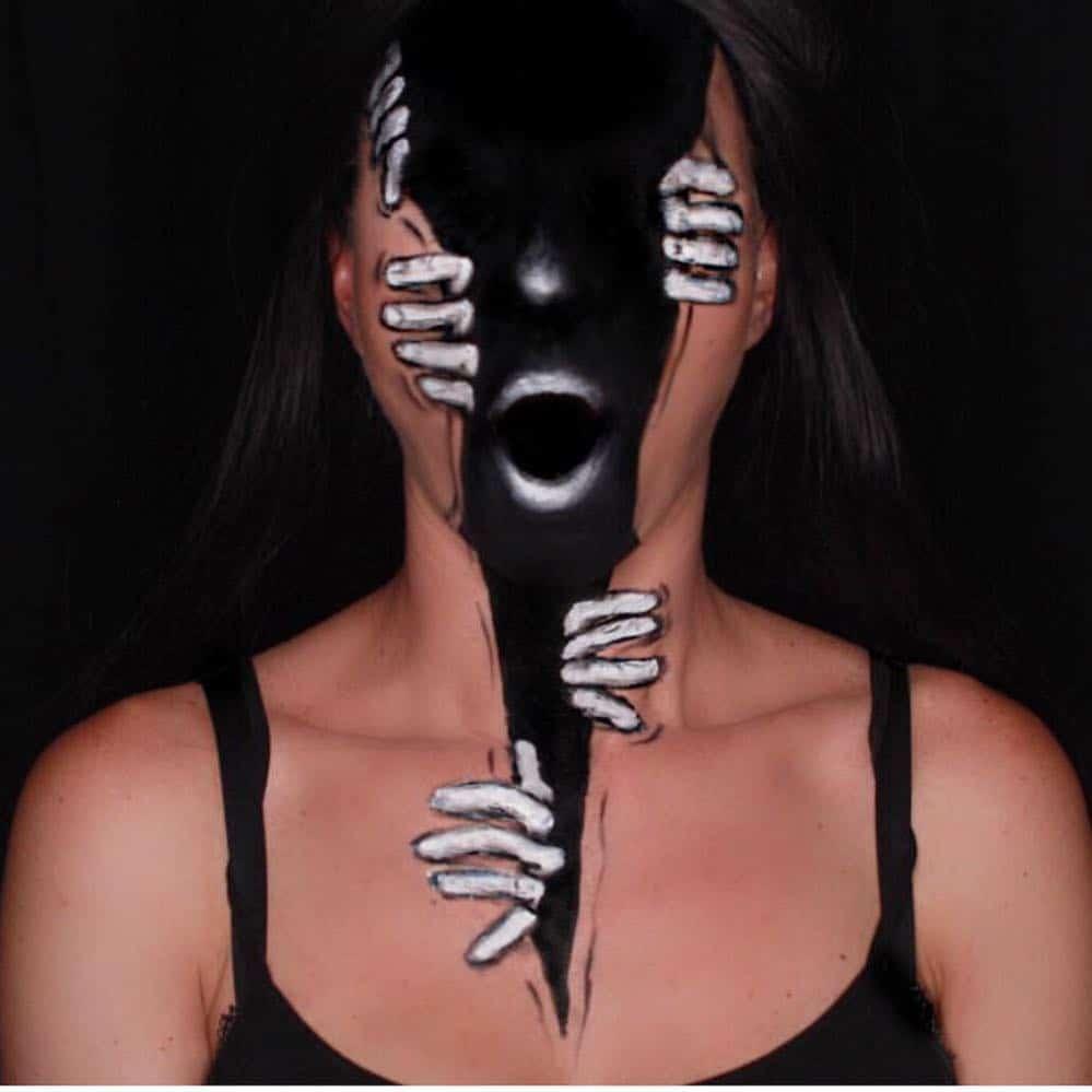 девушка со страшным макияжем