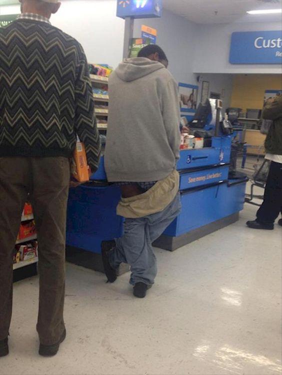 парень на кассе в супермаркете