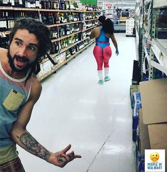 женщина в лосинах в супермаркете