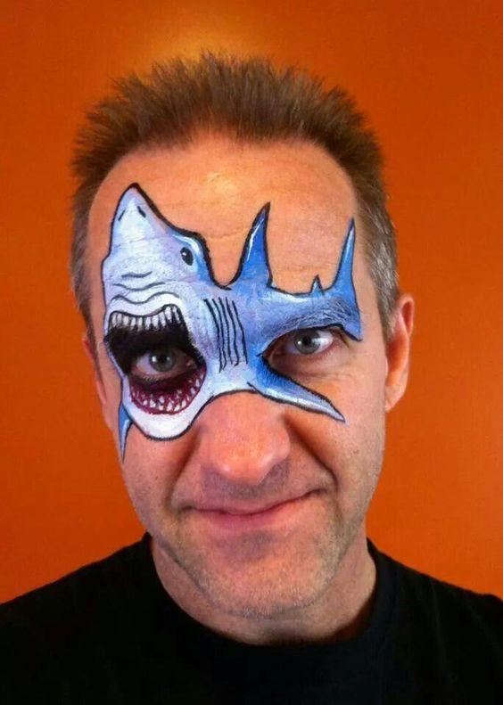 мужчина с рисунком акулы на лице