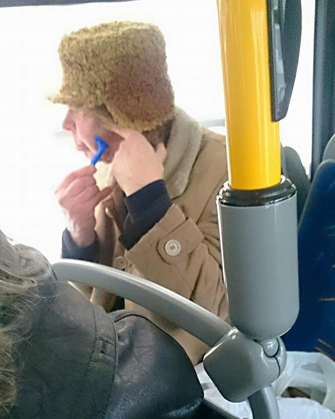 мужчина бреется в автобусе