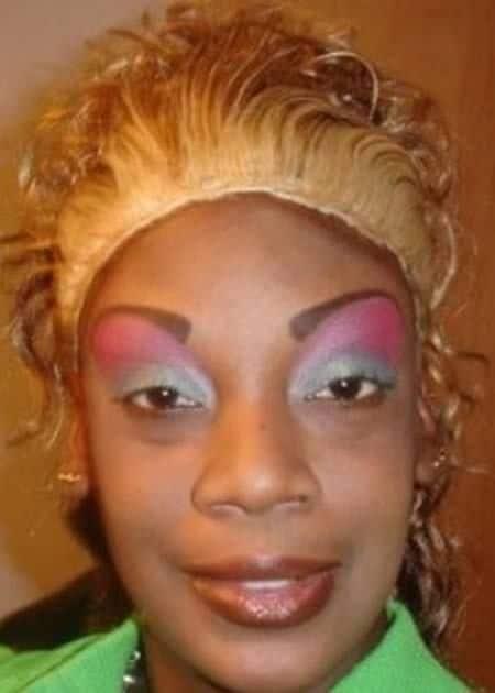 женщина с ярким макияжем