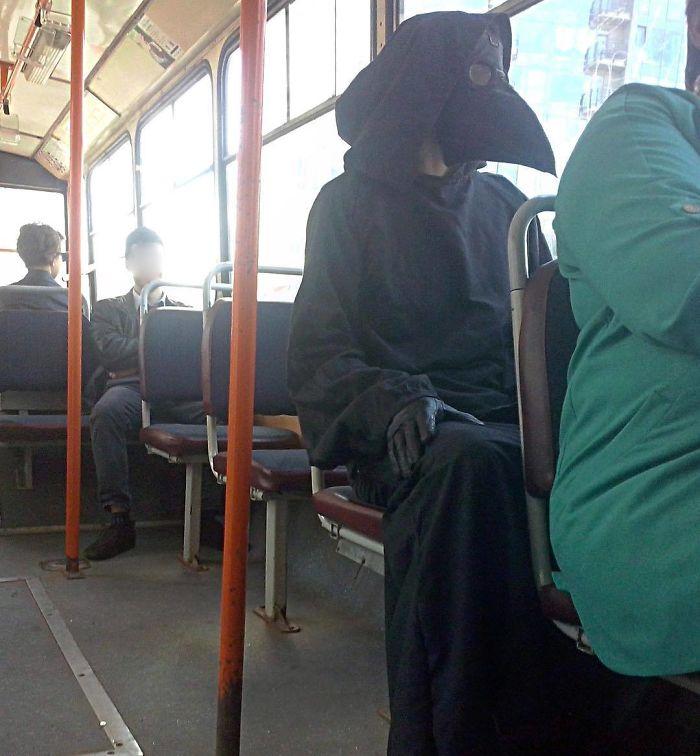 человек в костюме вороны в автобусе