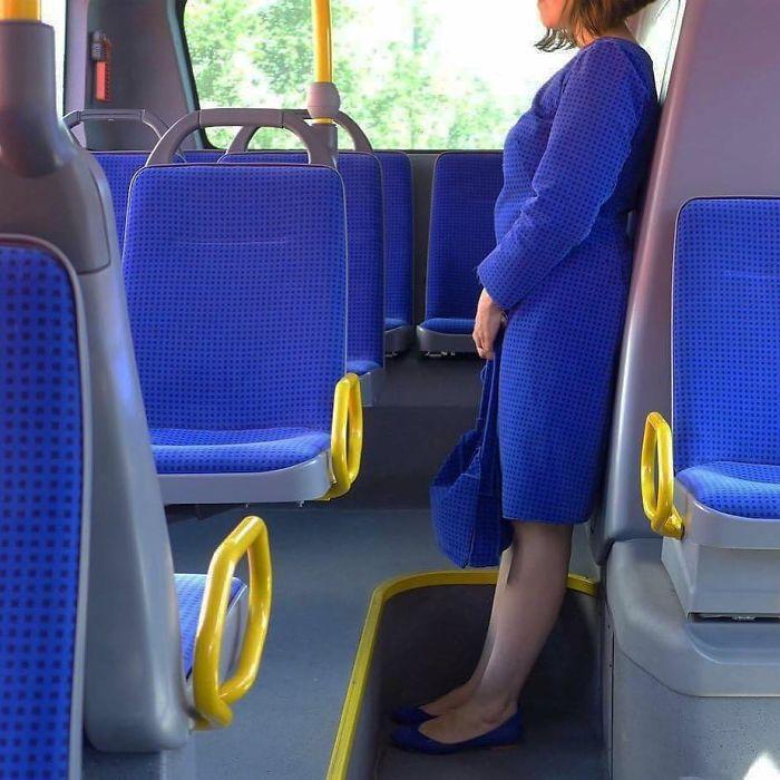 женщине в синем в автобусе