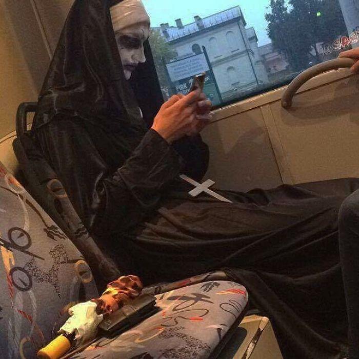 монашка с телефоном в автобусе