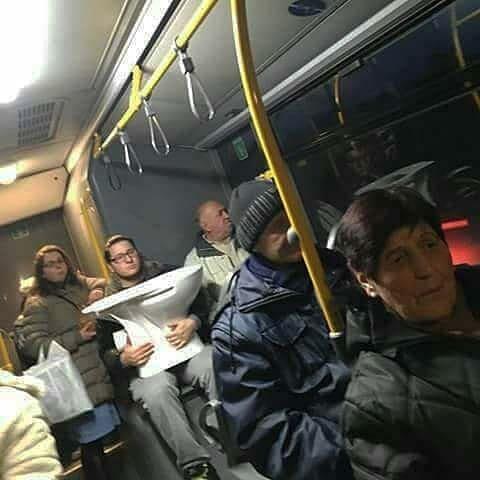 мужчина с унитазом в автобусе