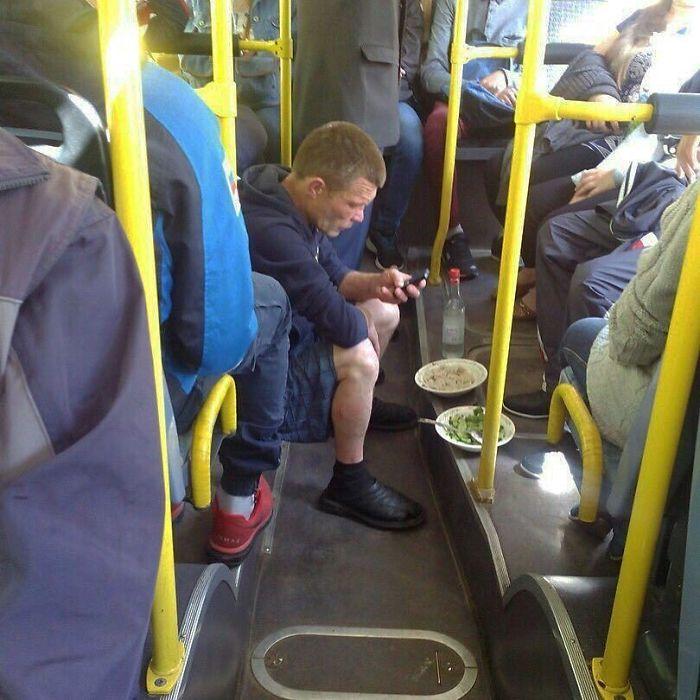 парень с тарелками в автобусе