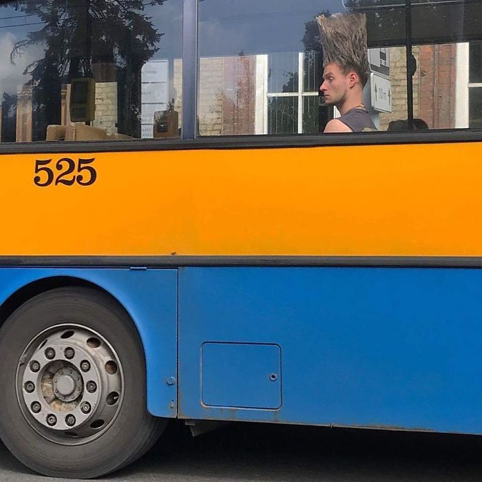 парень сидит у окна в автобусе