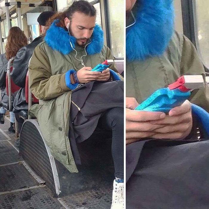 парень слушает музыку в автобусе