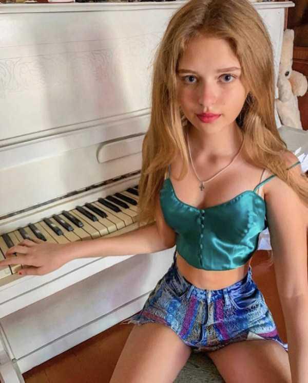 девушка сидит за роялем