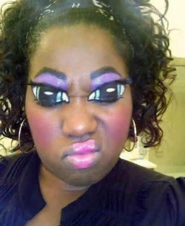 брюнетка с макияжем глаз на глазах