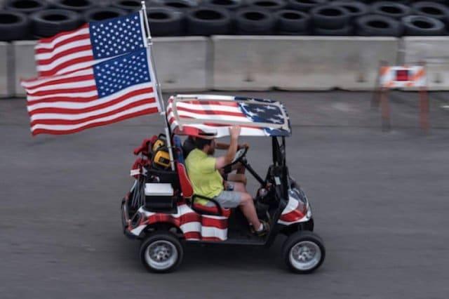 маленький автомобиль с флагами США