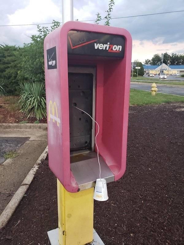 сломанная телефонная будка
