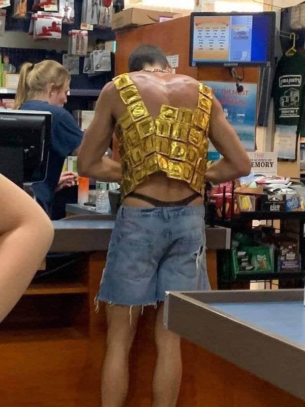 экстравагантный мужчина в магазине