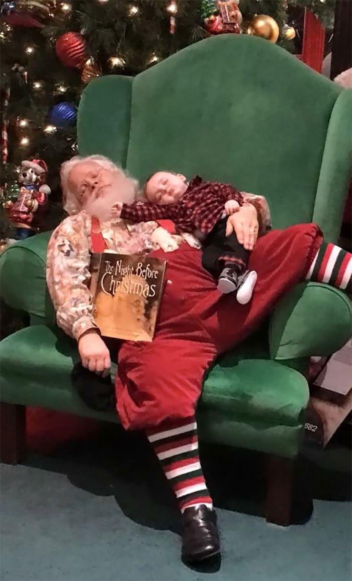 мальчик спит на Деде Морозе