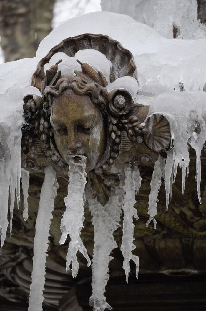 статуя девушки во льду