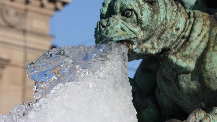 статуя со льдом