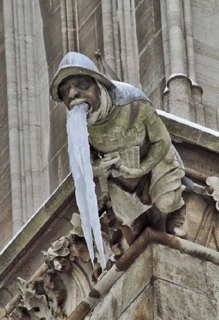 статуя мужчины на здании