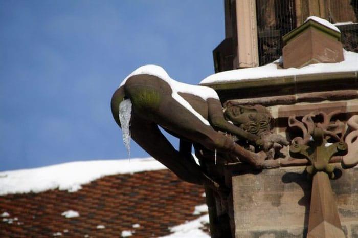 статуя парня на крыше