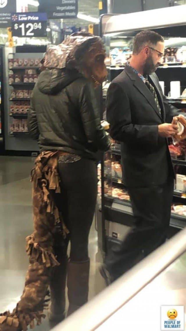 мужчина и женщина у полки супермаркета