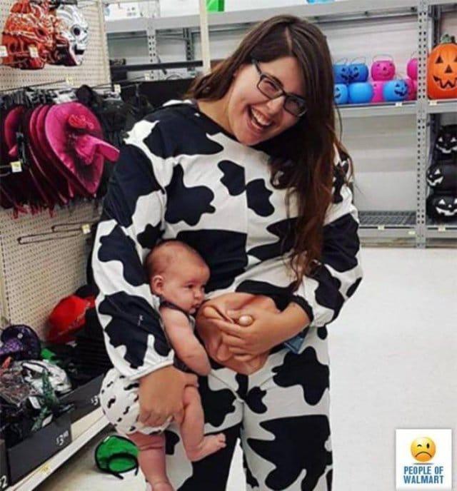 женщина в комбинезоне коровы