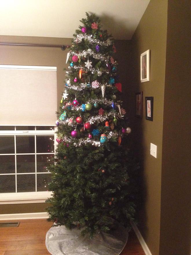 елка, украшенная до середины