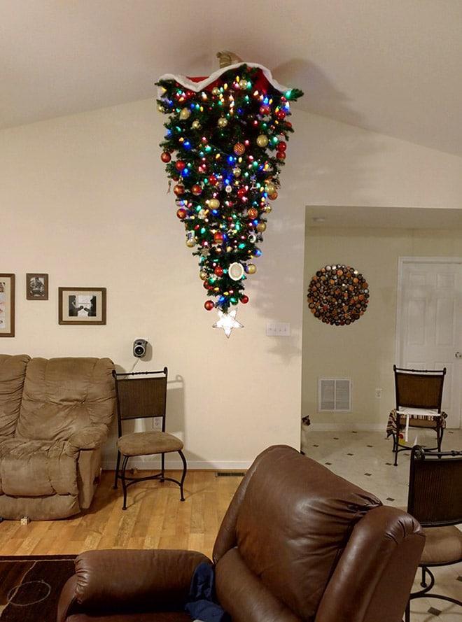 елка висит на потолке