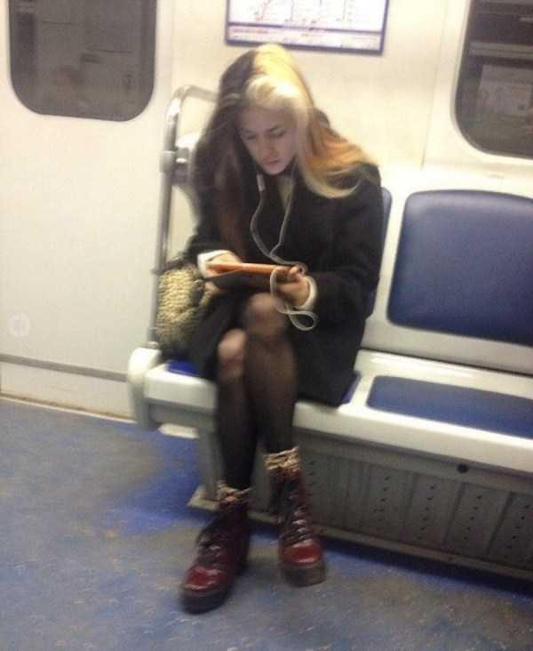 девушка с планшетом в метро