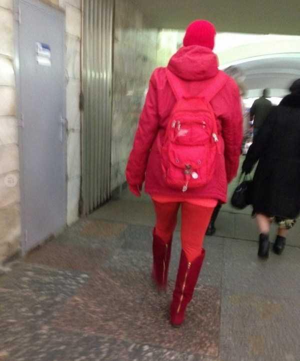 женщина в красном в метро