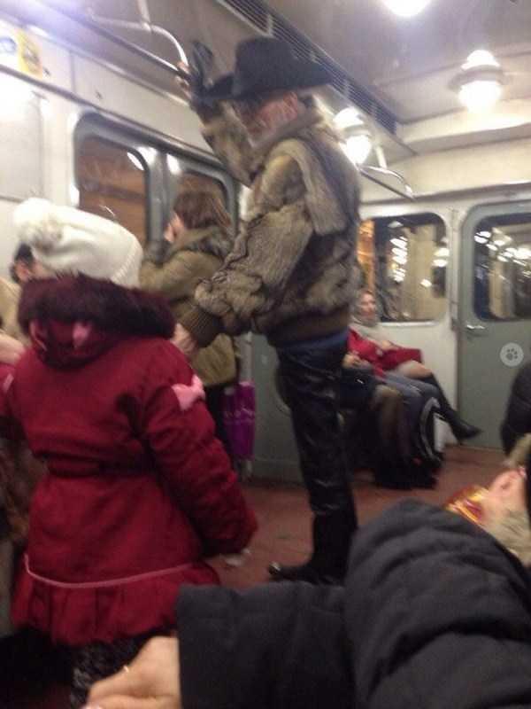 мужчина в шляпе и шубе в метро