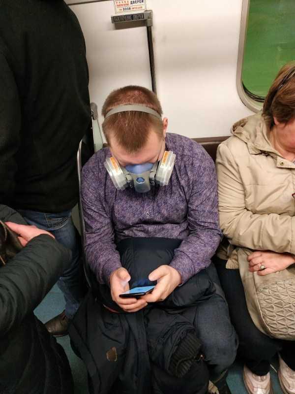парень в противогазе в метро