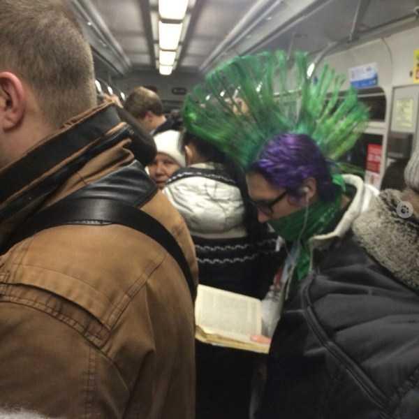 парень с зеленым ирокезом в метро