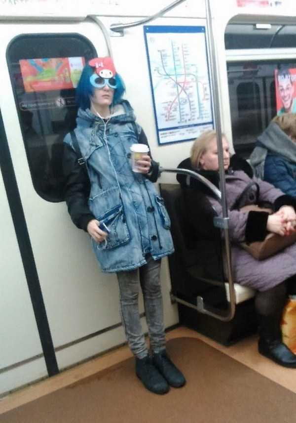 парень в синем в метро