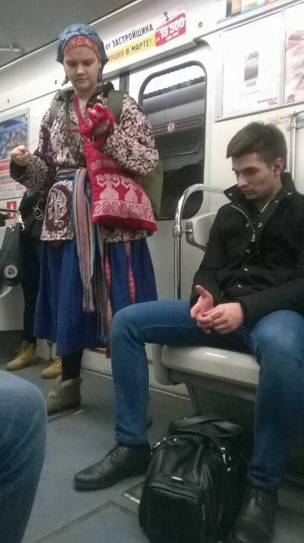 девушка и парень в вагоне метро