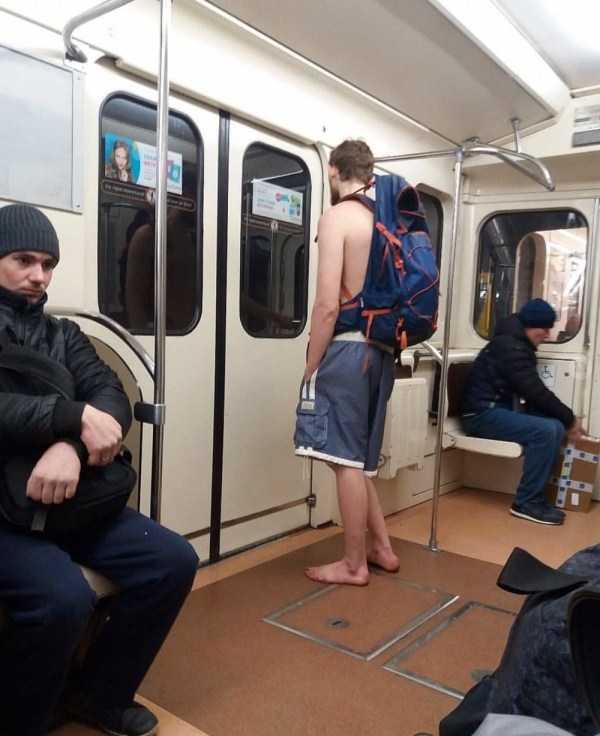 парень босиком в метро