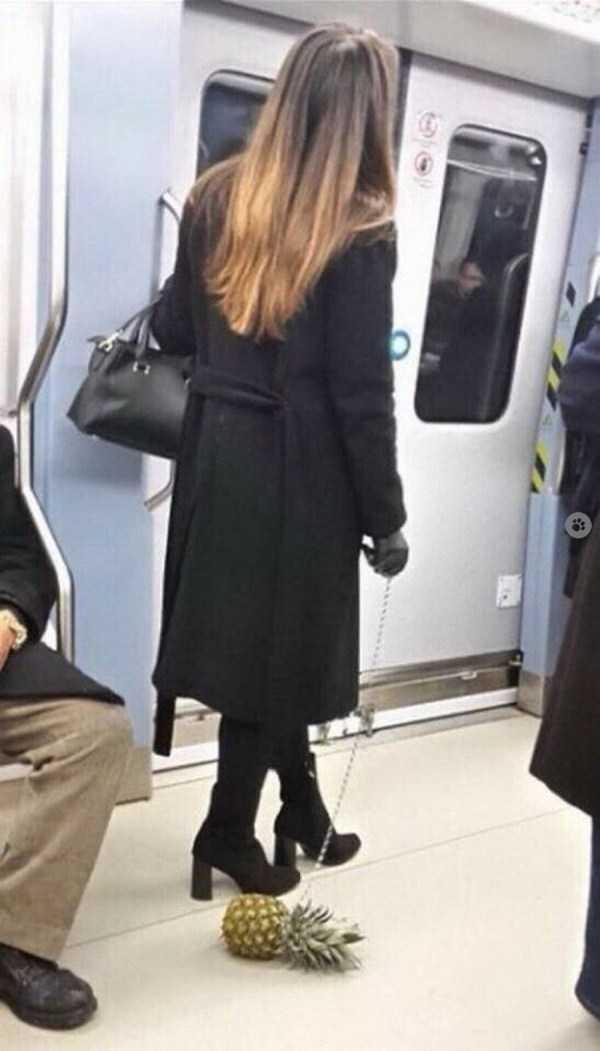 девушка с ананасом в метро