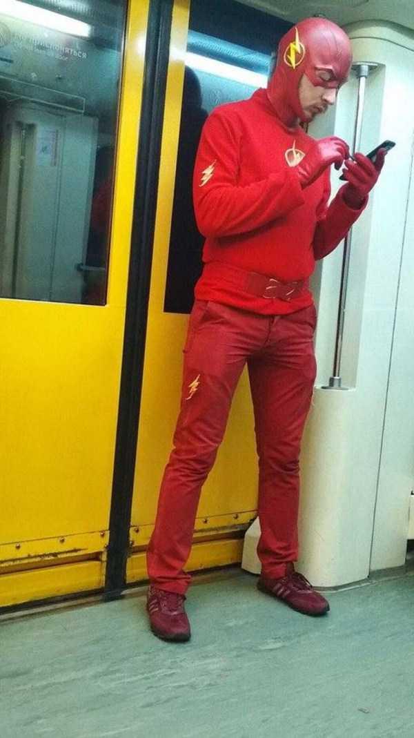 парень в красном в вагоне метро