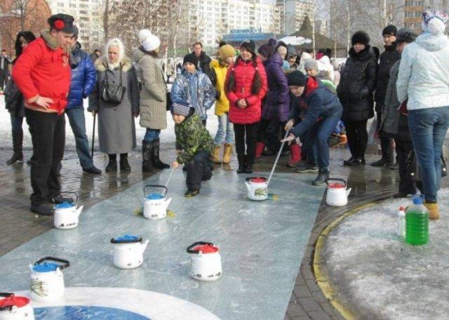 люди с чайниками на улице