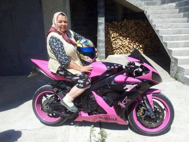 бабушка сидит на мотоцикле
