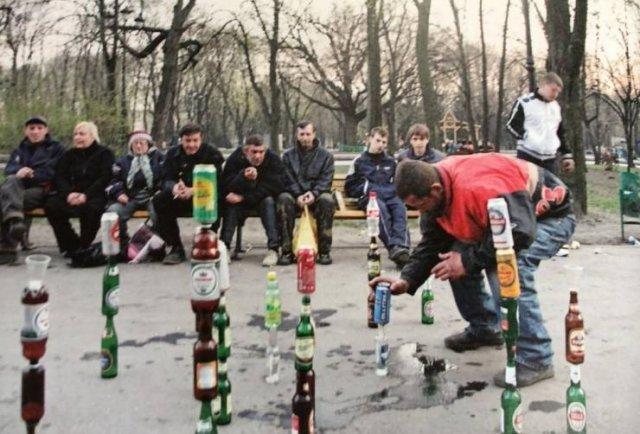 мужчины на улице с бутылками пива