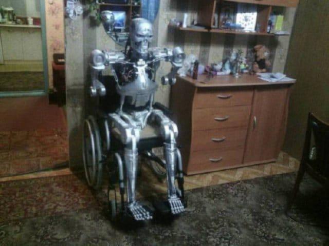 робот в инвалидном кресле