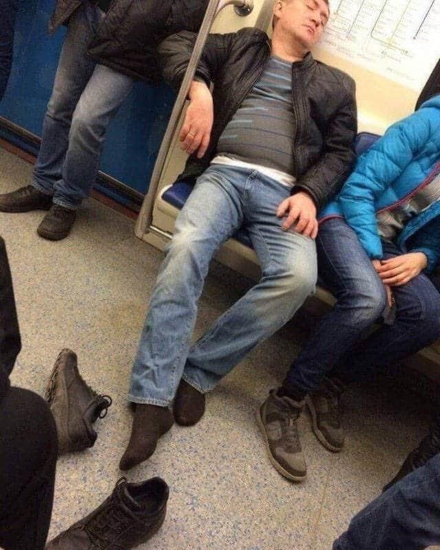 мужчина раззулся в метро